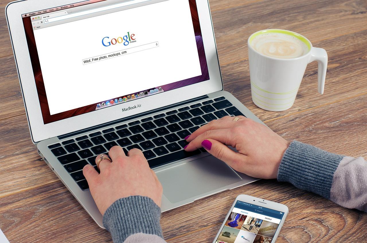 Profissional atuando em otimização para buscadores como o google